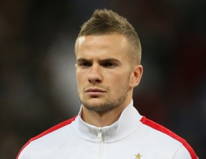 Everton are in talks to sign England international midfielder Tom Cleverley